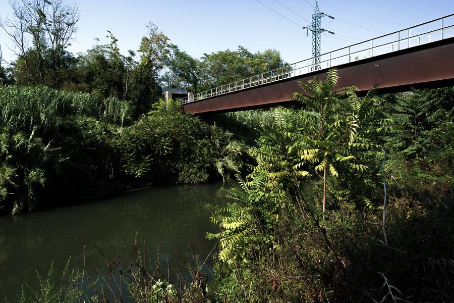 """Ponte dell'acquedotto dell'Acqua Marcia, Pietralata. - """"Gli faceva effetto, a tornare a quell'ora, che nell'aria si distinguevano ancora bene, all'ultimo barlume, i mandorli e i persichi secchi degli orti, i canneti: e più avanti il ponte dell'acquedotto, sopra l'Aniene che scorreva via gelido e buio"""""""